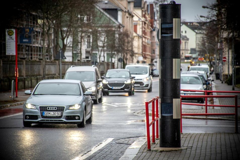 Der stationäre Blitzer auf der Bahnhofstraße beruhigt den Verkehr deutlich. Trotzdem waren hier im vergangenen Jahr etwa 8.000 Autofahrer zu schnell unterwegs.