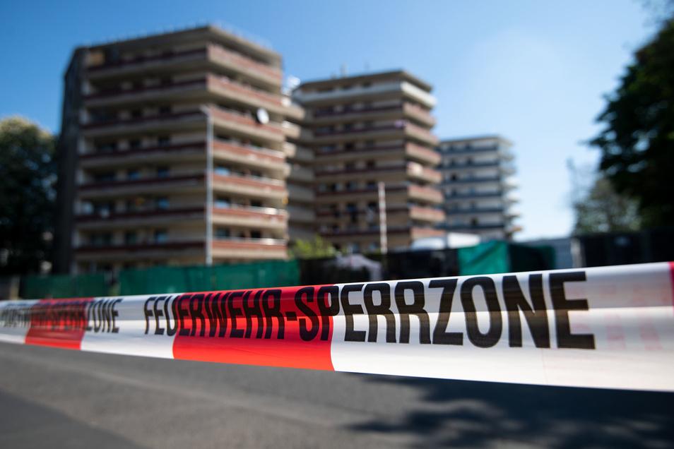 Weil zwei Familien trotz Corona-Infektionen ihre Quarantäne in diesem Hochhauskomplex in Grevenbroich verlassen haben, sollen die Bewohner der 117 Wohnungen getestet werden.