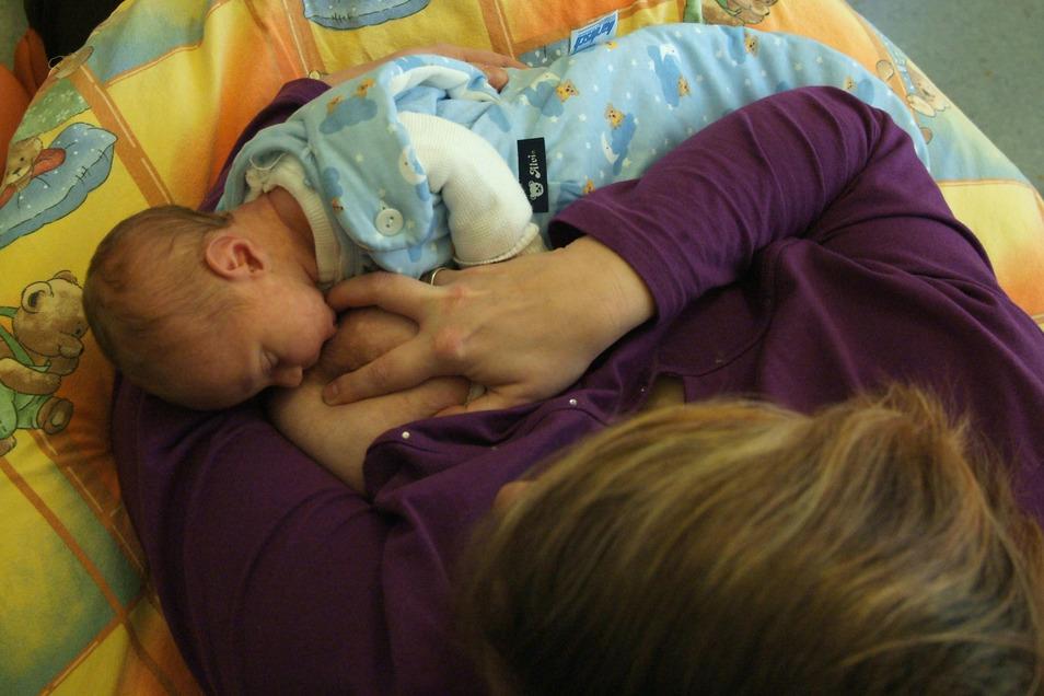 """Krankenhaus Friedrichstadt, Brustschwester, Mutter mit Baby Annett Seidel stillt ihren kleinen Vico. Er ist ihr zweites Kind und wurde am Montag geboren. """"Ich will ihn möglichst lange stillen. Die Schwestern haben mir am Anfang dabei sehr geholfen"""", sagt"""