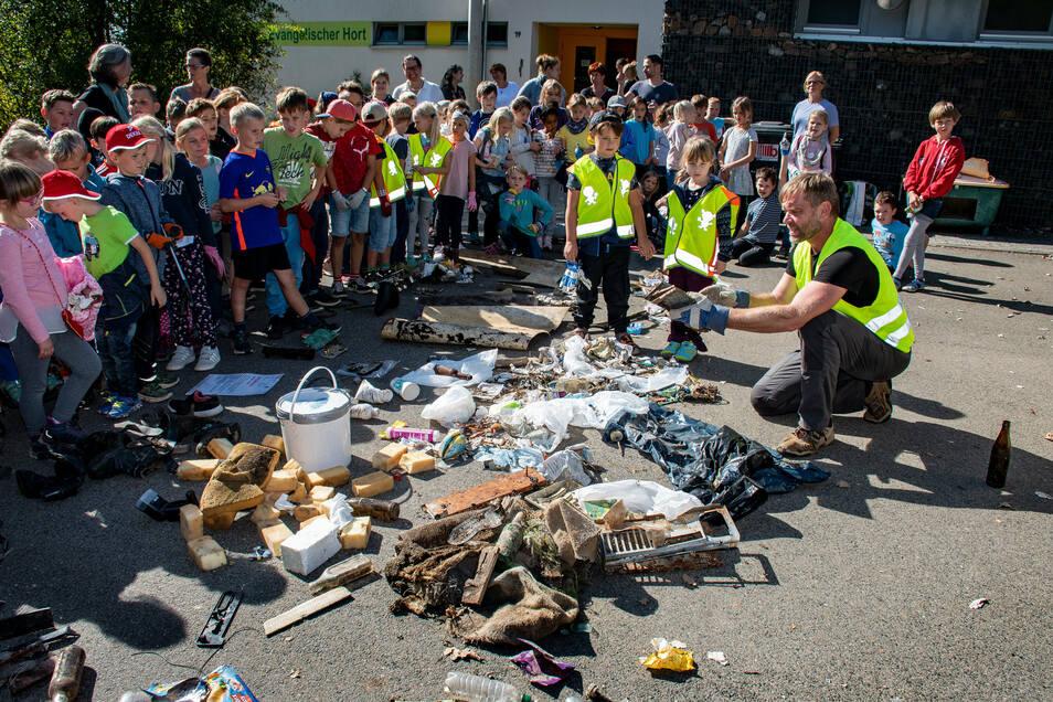 Die Schüler zeigen die Ausbeute ihrer Sammel-Aktion. Jetzt wird der Müll sortiert.