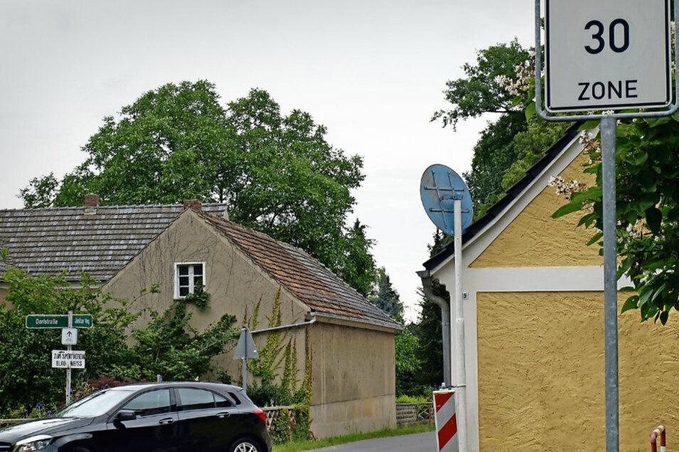 Das Rot der 30er-Zone-Schilder in der Jämlitzer Straße in Kromlau ist längst verblasst. Dadurch, und weil sie zu hoch hängen, werden die Schilder übersehen und es wird gerast.