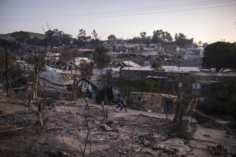 Asylsuchende laufen Mitte September durch die Trümmer des abgebrannten Flüchtlingslagers Moria.