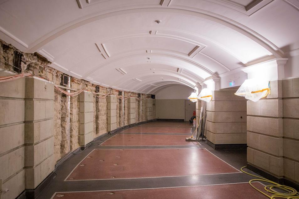 Saniert werden auch die zuvor feuchten Außenwände des Rundfoyers im Untergeschoss. Das stand bei der Jahrhundertflut 2002 unter Wasser.