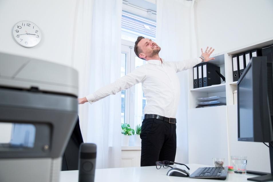 Recken und strecken und das so oft wie es nur geht: So können Menschen mit Bürojobs ihren Rücken schützen.