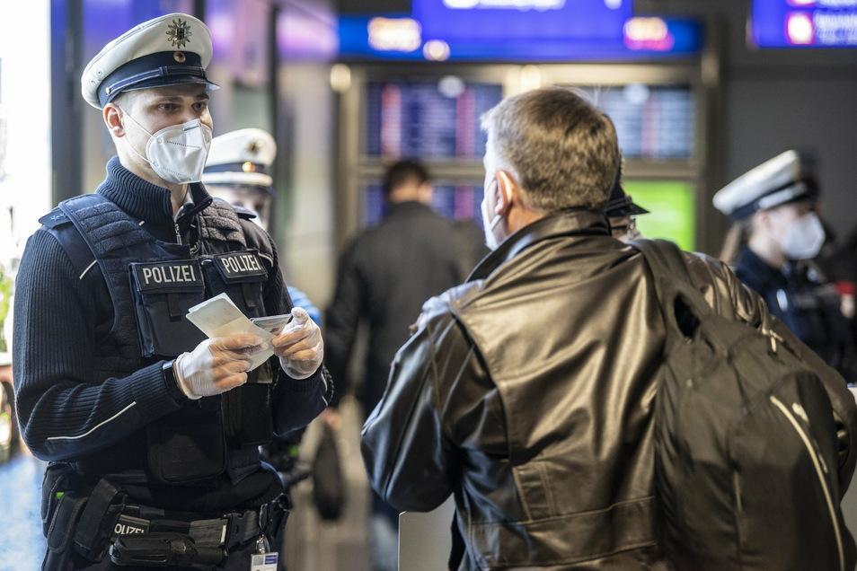 Kontrolle am Frankfurter Flughafen: Wer jetzt als Passagier aus einem der von Corona besonders betroffenen Staaten nach Deutschland einreist, muss einen negativen, aktuellen Corona-Test vorweisen können.