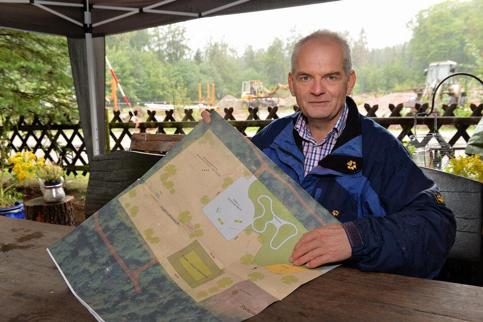 """Uwe Babocsai organisiert gemeinsam mit anderen Freiwilligen den Bau des Walderlebnisplatzes """"Zum Specht""""."""