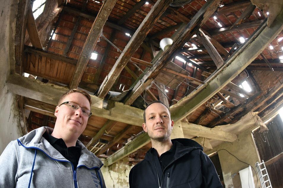 Vereinsvorsitzender Henry Stuff (links) und Vereinsmitglied Bert Salomo in der Scheune neben der alten Lotte.