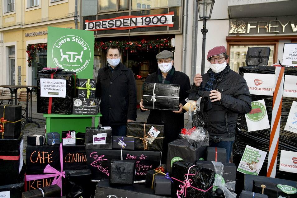 Schwarze Geschenke nahmen die Bundestagsabgeordneten Torsten Herbst (FDP), Arnold Vaatz (CDU) und Andreas Lämmel (CDU) auf dem Dresdner Neumarkt entgegen.