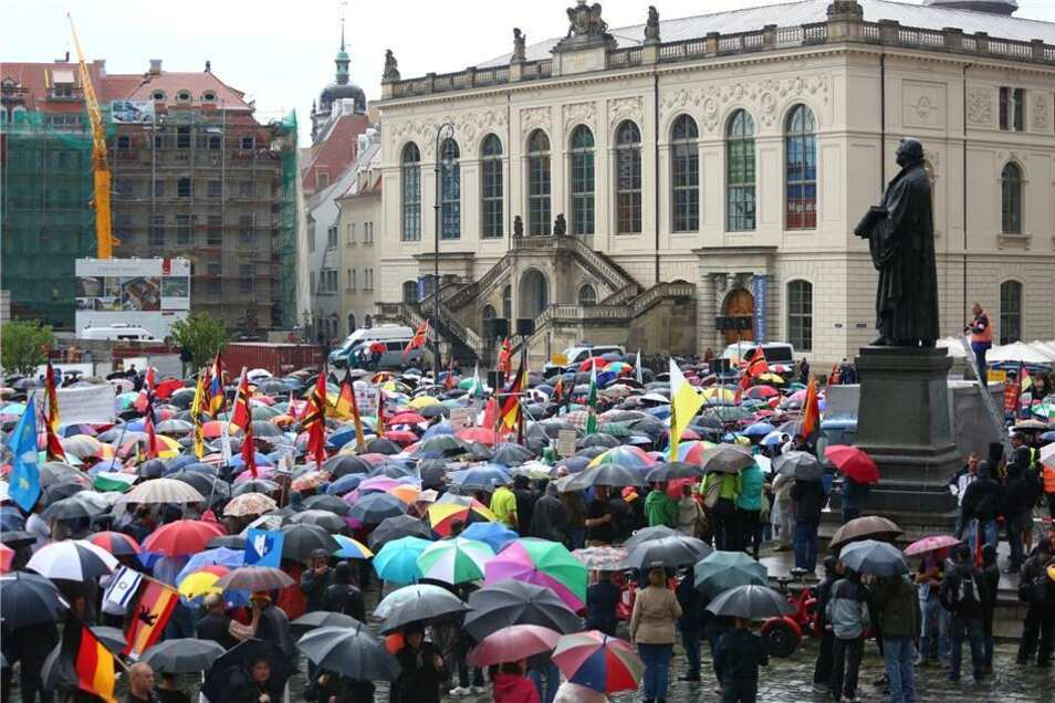 """Bis zu 2.300 Pegida-Teilnehmer hat """"Durchgezählt"""" an diesem Montag ermittelt."""