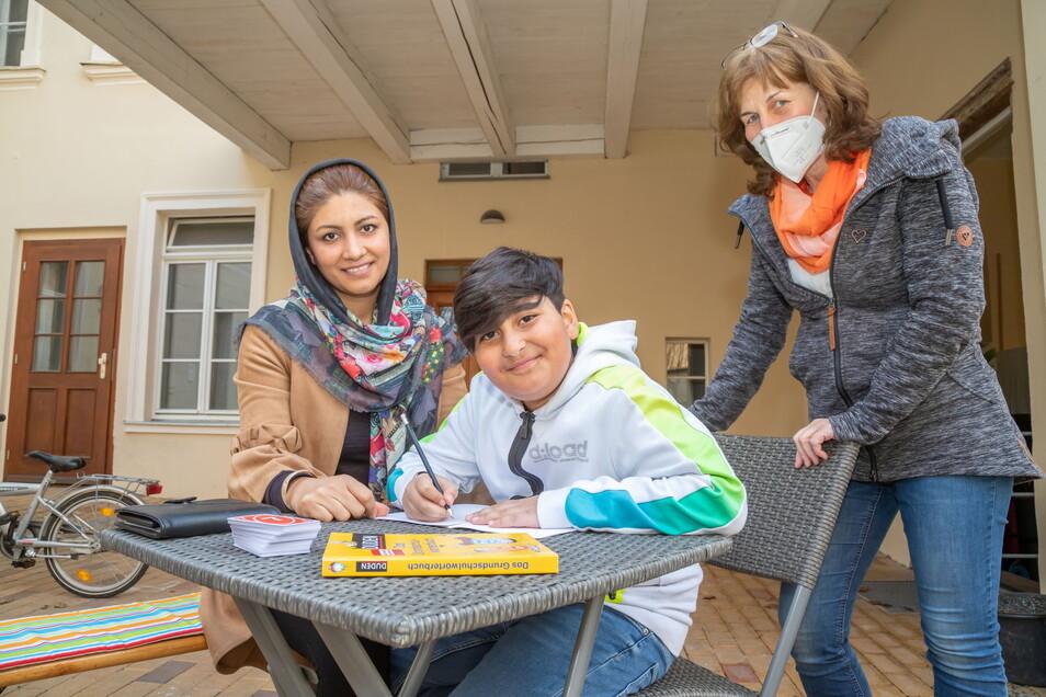 Sofia Abdullahi, Jawad Abdullahi und Heike Gelke (von links) in der Görlitzer Lebensschule.