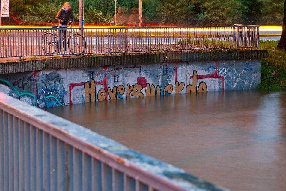 Im sehr nassen Jahr 2010 stieg das Wasser in der Schwarzen Elster im September sehr hoch, wie hier an der Görlitzer Brücke. Drei starke Hochwasser passierten die Stadt allein in jenem Jahr.