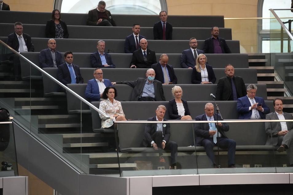 AfD-Abgeordnete, die nicht geimpft, genesen, getestet (3G) sind, verfolgen die konstituierende Sitzung des neuen Bundestags von der Tribüne aus.