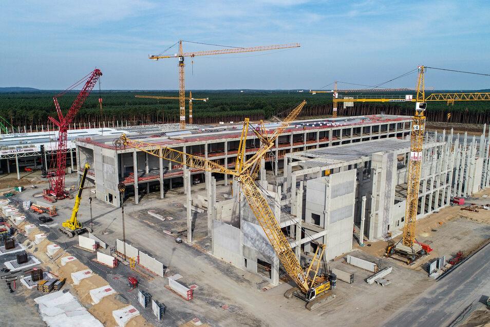 Grünheide: Blick über die Baustelle der Tesla Gigafactory.