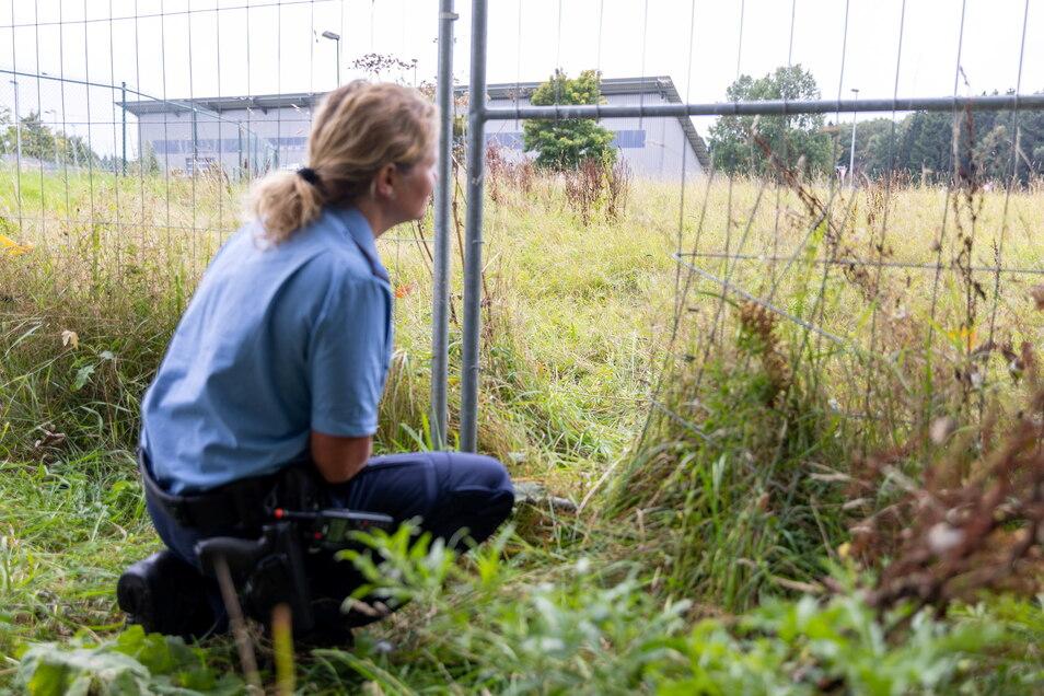 Die Polizei sichert am Mittwoch Spuren nach einem versuchten Brandanschlag auf das Impfzentrum in Treuen im Vogtland.