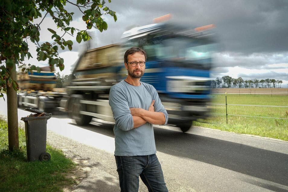 Zu Höchstzeiten fahren 30 Lastwagen in der Stunde an den Grundstücken von Daniel Mirtschink und den benachbarten Familien vorbei. Der dreifache Vater sorgt sich um seine Kinder.