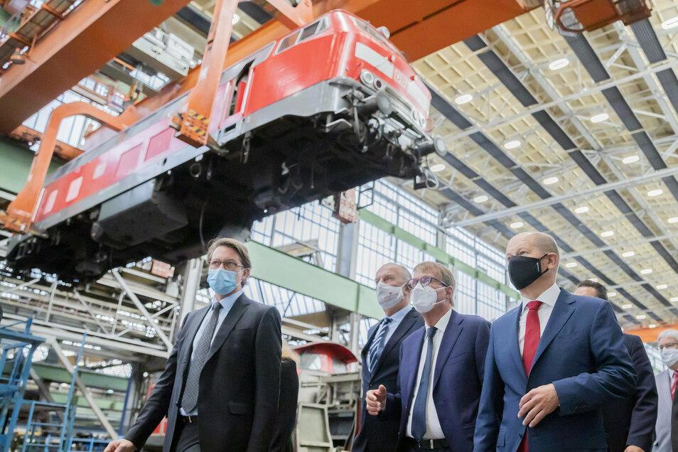 Eine Lokmotive für die Lausitz – Andreas Scheuer, Dietmar Woidke, Ronald Pofalla, Olaf Scholz (v.l.n.r.) und Michael Kretschmer (nicht im Foto) wollen dafür sorgen, dass dieses Bild auch im übertragenen Sinn zutrifft.