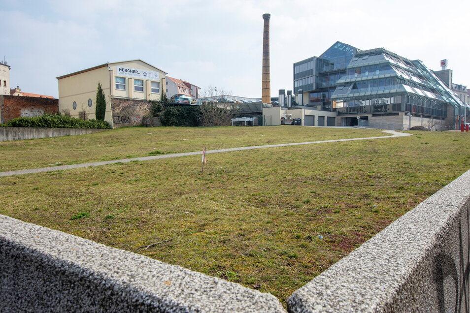 Auf dieser Fläche hinter dem Sparkassengebäude (r.) soll in den kommenden zwei Jahren ebenfalls noch ein Spielplatz gebaut werden.
