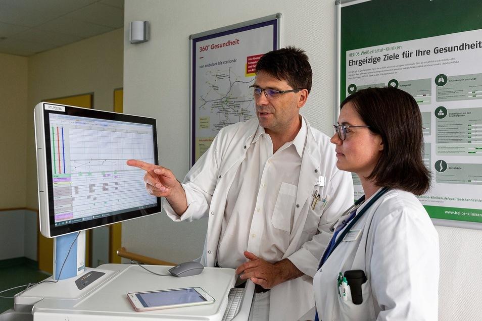 Chefarzt Dr. Markus Schütz und Sonja Scholz in der Dippoldiswalder Klinik: Sie kommen zur Visite nicht mehr mit einem Papierstapel unterm Arm.