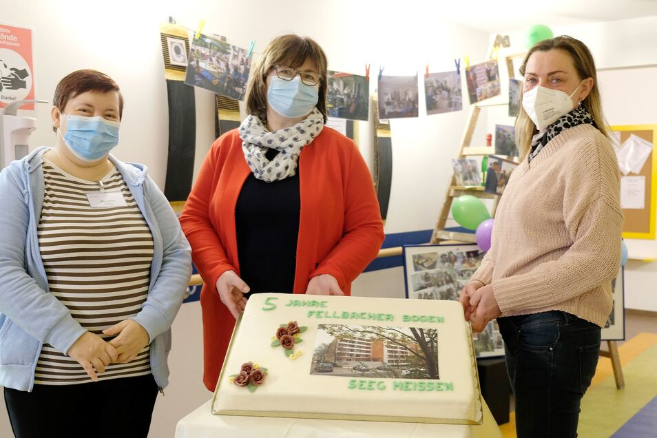 Fellbacher Bogen feiert sein 5. Jubiläum: Silke Seifert (Mitarbeiterin SoPro), Sylvia Friemelt (Bereichsleiterin Fellbacher Bogen) und Annett Menzel (SEEG) mit der Geburtstagstorte.