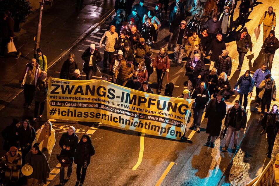 Stuttgart: Menschen ziehen bei einer Demonstration gegen die Corona-Maßnahmen der Bundesregierung durch Stuttgart.