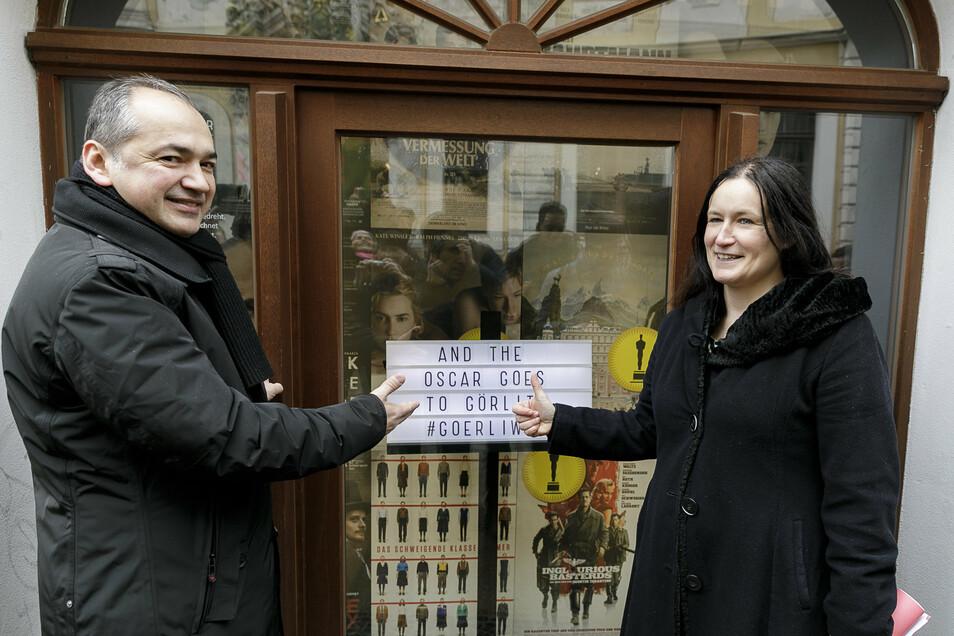 """Der """"Braune Hirsch"""" ist auch eine Station vom Walk of Görliwood - den EGZ-Geschäftsführerin Andrea Behr und OB Octavian Ursu Ende Februar einweihten. Man findet das Fenster auf der Neißstraße."""