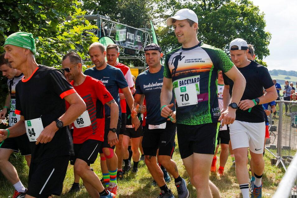 1. Backyard Ultra, Oderwitz: 62 Frauen und Männer sind am Sonnabend beim 1. Backyard Ultra in Oderwitz an den Start gegangen. Bei diesem Ausscheidungsrennen gewinnt, wer die 6,7-Kilometer-Schleife am häufigsten rennt. Der Wettbewerb läuft zur Stunde noch.