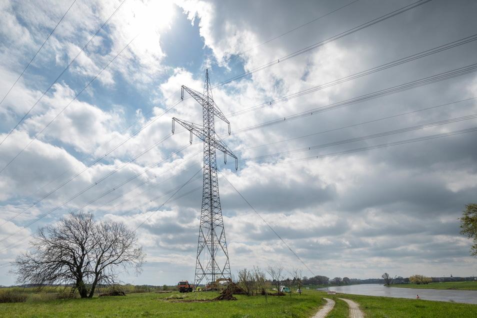 Erst abgespannt, dann ausgetauscht: An diesem Hochspannungsmast an der Elbe bei Riesa wird gerade gearbeitet. Hintergrund sind drohende Stürme.