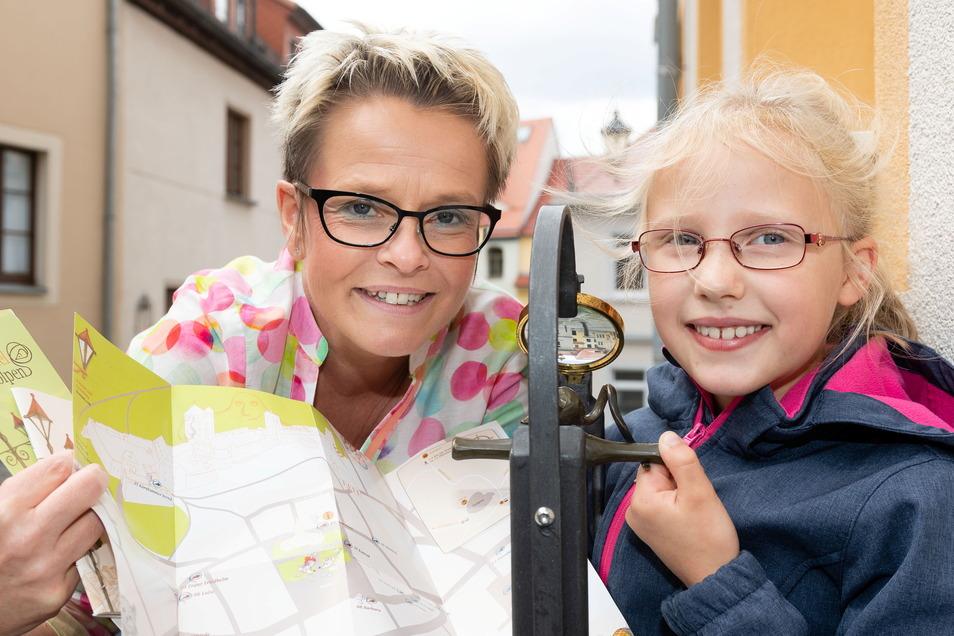 Simone Schöne mit Stadtspiel-Flyer und Maus in Stolpen. Vor allem für Familien ist die Mäusesafari durch Stolpen ein echter Freizeitspaß.