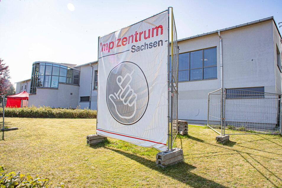 Die Zeiten des Impfzentrums in der Kamenzer Sporthalle neben dem Gymnasium an der Macherstraße sind vorbei. Ab Oktober übernimmt der Landkreis die Halle wieder.