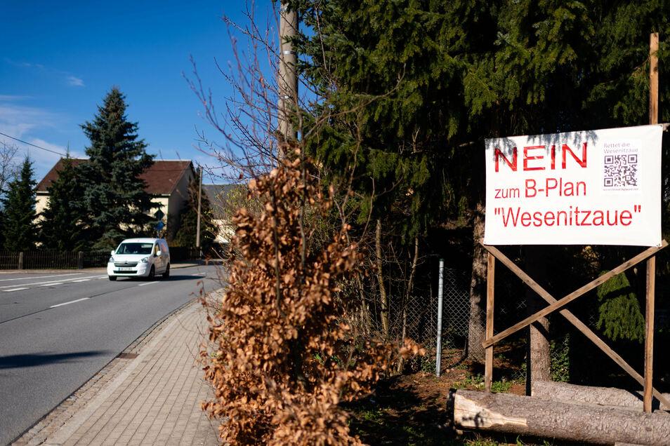 Anwohner der Wilthener Straße in Neukirch machen deutlich, was sie vom Bebauungsplan halten. Auch nach der Einwohnerversammlung vom Montag haben sie noch viele Fragen.