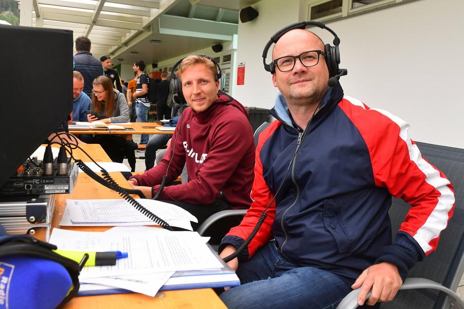 Dynamos Ex-Kapitän Marco Hartmann (l.) als Experte bei einem Dynamo-Testspiel an der Seite von Radio-Dresden-Reporter Jens Umbreit.
