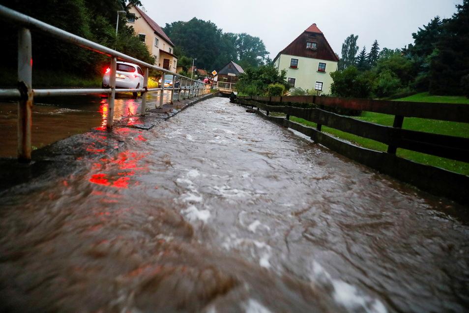 Die Hauptstraße war in Mittelherwigsdorf überflutet. Der Bach drückte das Wasser in Häuser und Keller. 1,50 Meter stand der Heizungskeller der Grundschule unter Wasser.