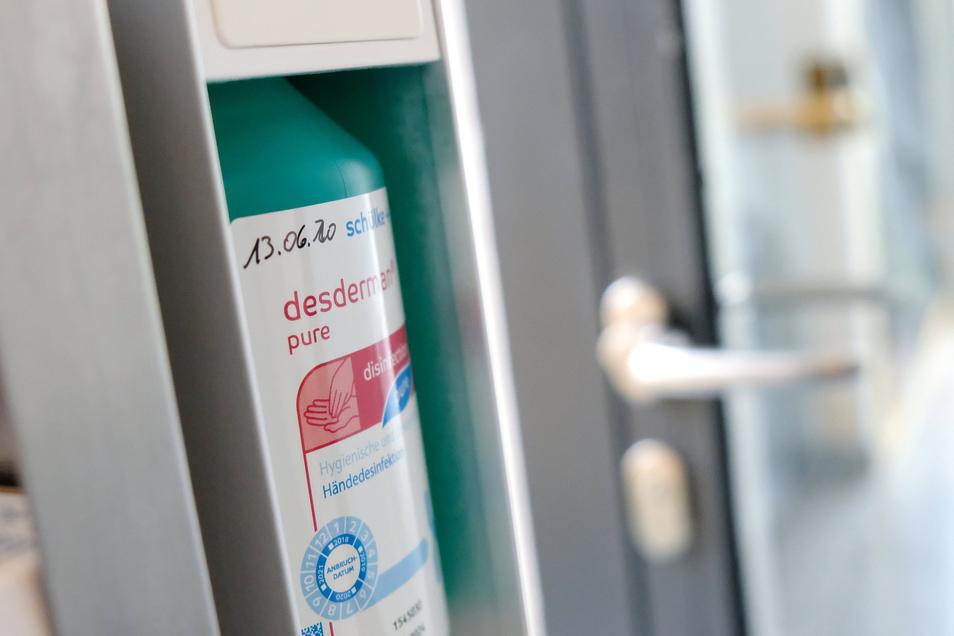 In der Infektionsambulanz des Meißner Elblandklinikums gelten höchste Hygienestandards. Trotzdem wurden nun mehrere Ärzte positiv auf Covid-19 getestet.