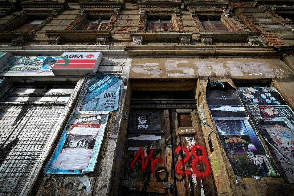 """Verfallen ist dieses Haus im Stadtteil Connewitz in Leipzig. Das Gebäude ist eines von aktuell 70 Häusern, die im Fokus der """"Arbeitsgemeinschaft Problemimmobilien"""" stehen, in der sich verschiedene Ämter der Leipziger Stadtverwaltung zusammengefunden ha"""