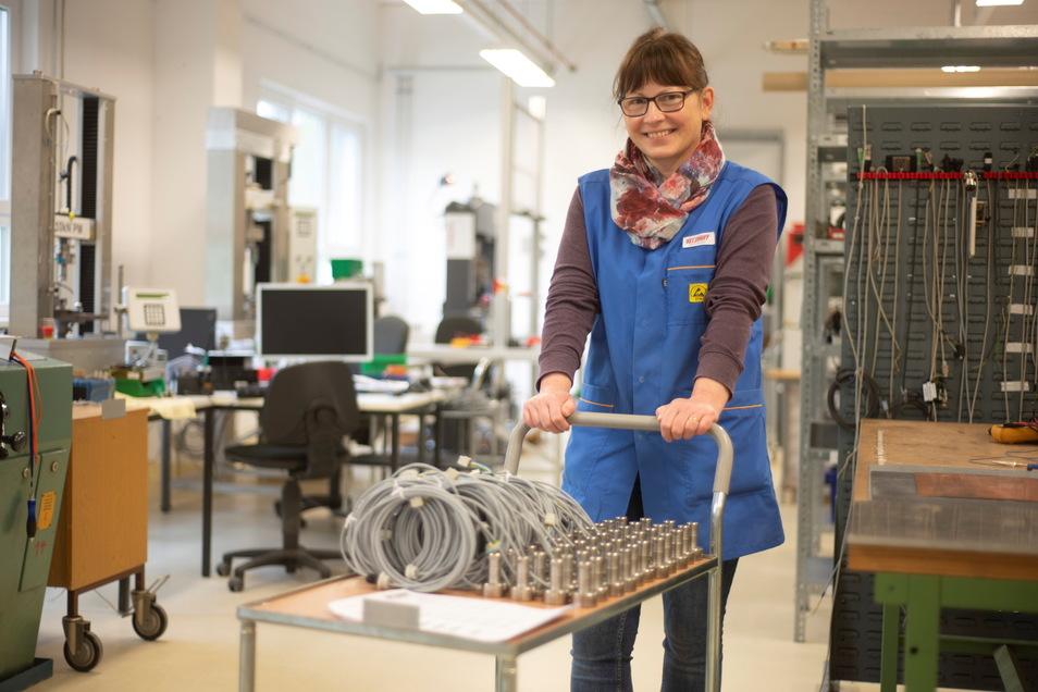 Simone Wolf ist Mitarbeiterin bei Velomat in Kamenz. Hier transportiert sie die Sensortechnik zum nächsten Verarbeitungsschritt.