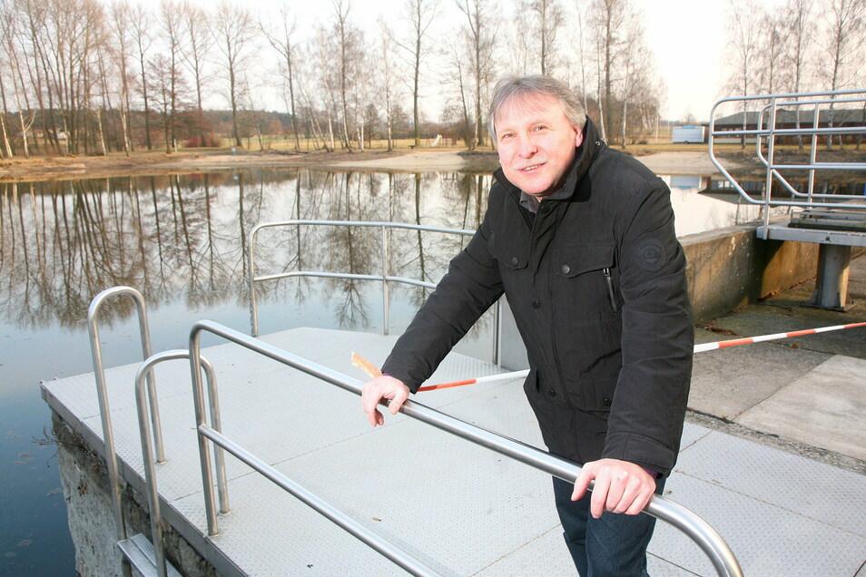 Der Nünchritzer Bürgermeister Gerd Barthold im Goltzschaer Freibad. Die Gemeinde hat hier in den vergangenen Jahren schon einiges Geld investiert. 2021 soll die Zufahrtsstraße saniert werden.