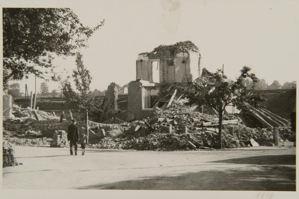 """Bombenangriff im April 1945 auf Pirna: Vom Hotel """"Adams Hof"""" in Copitz blieben nur Trümmer."""