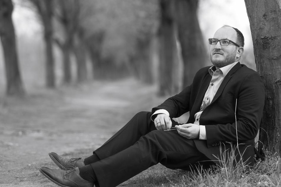 """""""Der Tod gehört zum Leben"""", sagt Benjamin Wolf. Er lebt in Dresden und betreibt in Ottendorf-Okrilla das Bestattungsinstitut Muschter. In der Begleitung der Angehörigen, so findet er, hilft ein fester Händedruck oft mehr als viele steife Worte."""