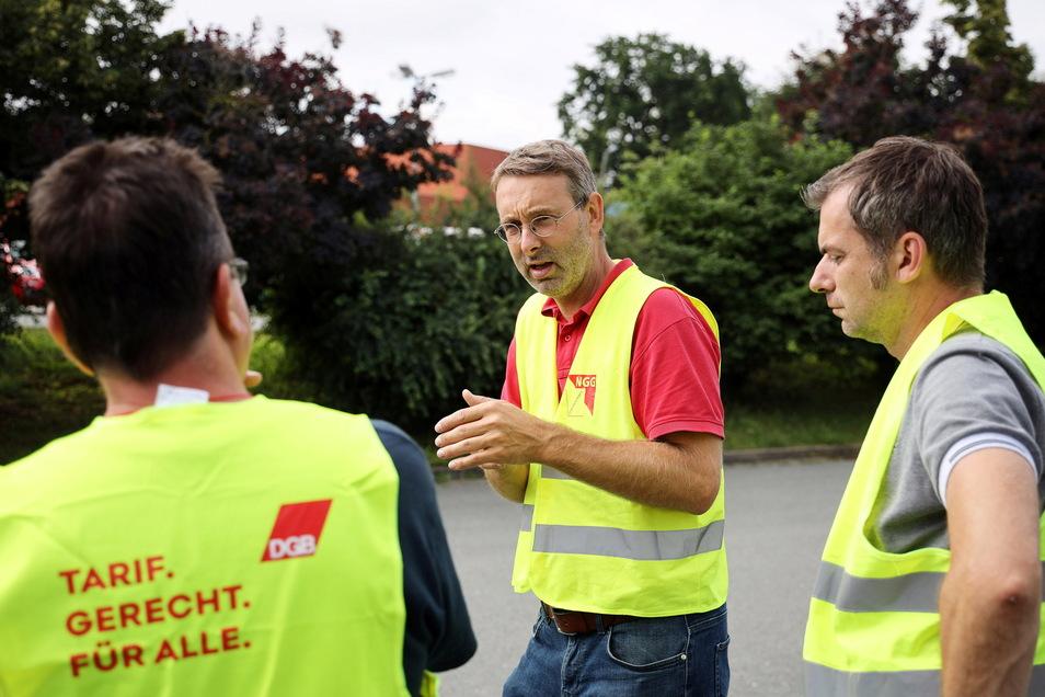 Olaf Klenke von der NGG Ost (Mitte) im Gespräch mit Teigwaren-Mitarbeitern.
