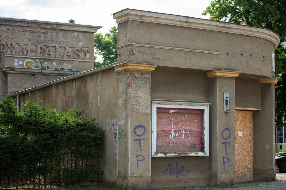 Das Kino an der Pirnaer Straße ist seit 2002 dem Verfall preisgegeben, obwohl es 2013 verkauft wurde.