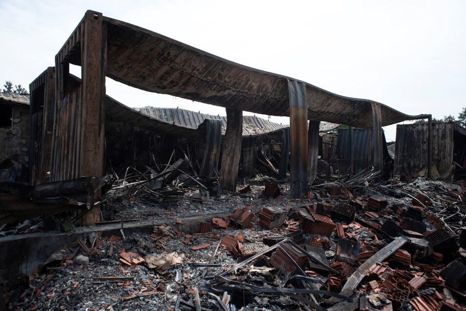 Die Hallen der Firma Trendbad24 in Laußnitz wurden durch den Brand völlig zerstört.
