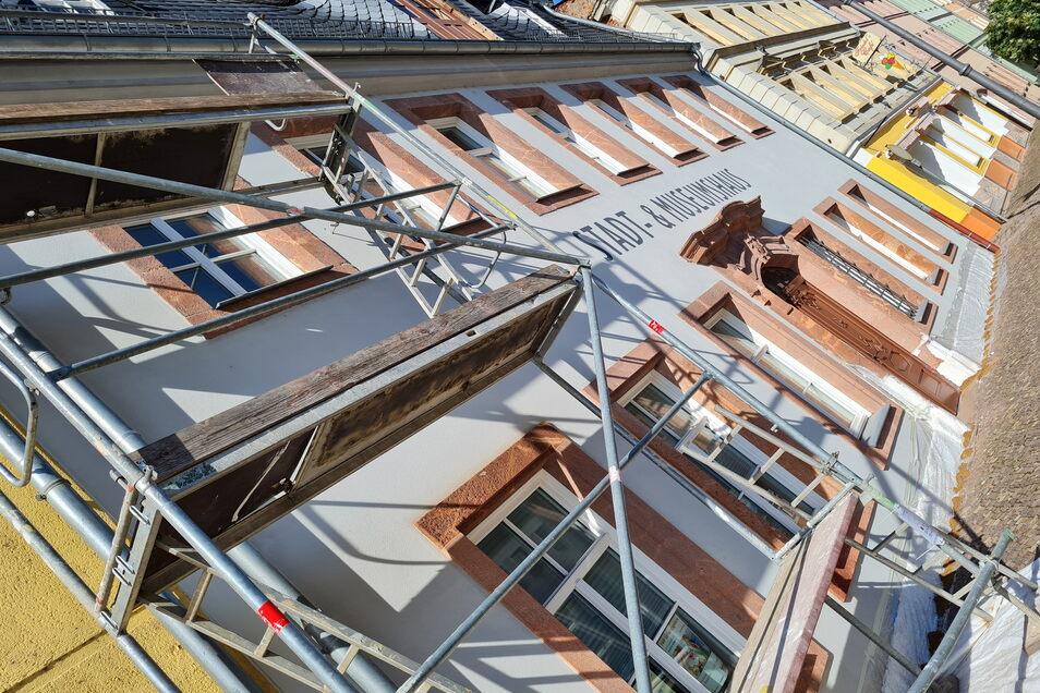 m Stadt- und Museumshaus am Waldheimer Niedermarkt sind Reparaturarbeiten notwendig geworden. Einige Risse im Außenputz wurden verschlossen. Darüber hinaus wird der Sockelbereich entsalzt und neu versiegelt.