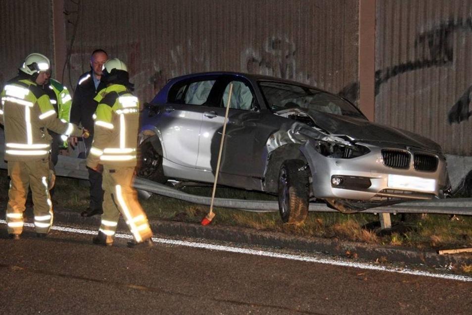 Eine kleine Böschung wurde für das Auto zur Sprungschanze – und der spektakuläre Unfall nahm seinen Lauf.