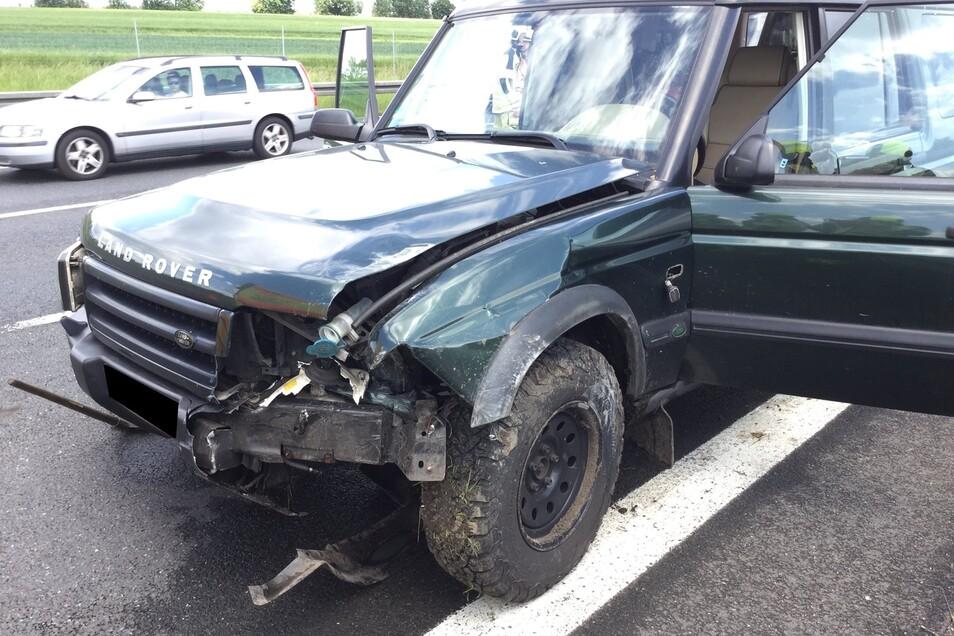 Am Fahrzeug entstand Sachschaden. Es musste abgeschleppt werden.