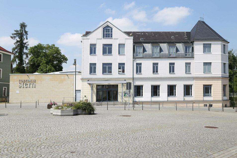 In der Riesaer Stadthalle Stern werden am Sonnabend Reifezeugnisse verteilt, allerdings sehr viel leiser als in den Vorjahren.