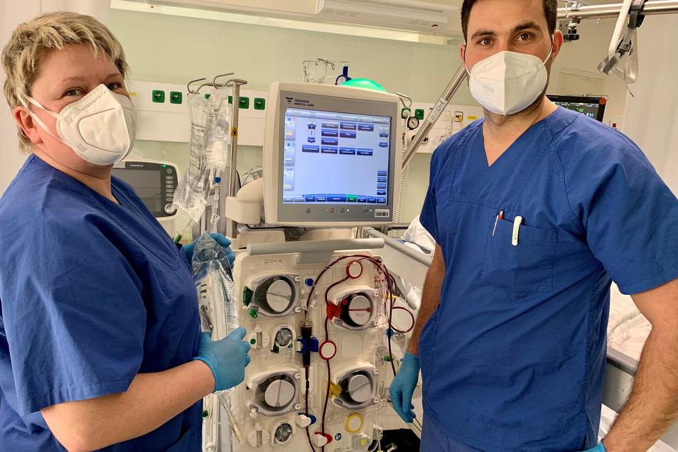 """Klinikgeschäftsführer Julian Zimmer begleitete ITS-Schwester Liane Goldhahn einen Tag auf der Intensivstation. """"Eine tolle und wichtige Erfahrung"""", wie er sagt."""