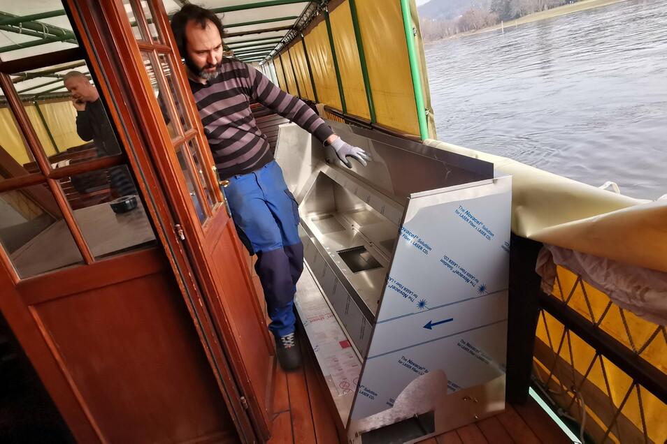 Auf dem Dampfer Krippen wird an der Küche gebaut. Marcel Wieland von der Chromplan GmbH hat eine neue Dunstabzugshaube geliefert.