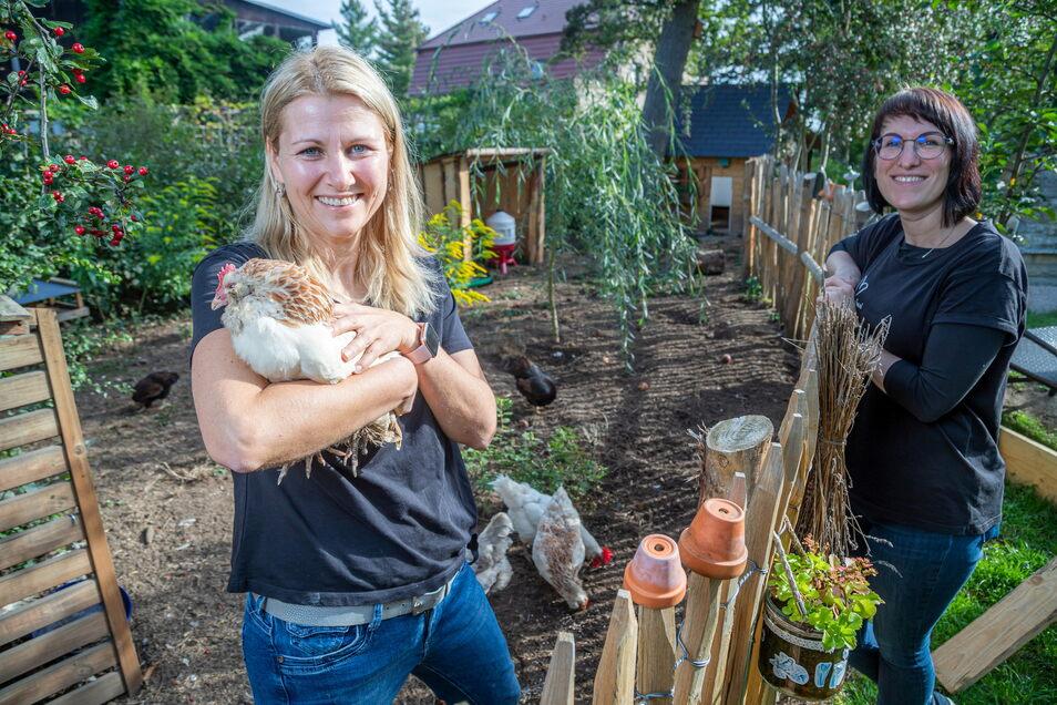 Bloggerin Jenny Böhme, hier mit Mitarbeiterin Susanne Tschirch (rechts) hat einige Hennen in ihrem Garten in Rothenburg. Nun hofft sie darauf, dass noch die Goldene Henne als Publikumspreis für sie dazu kommt.