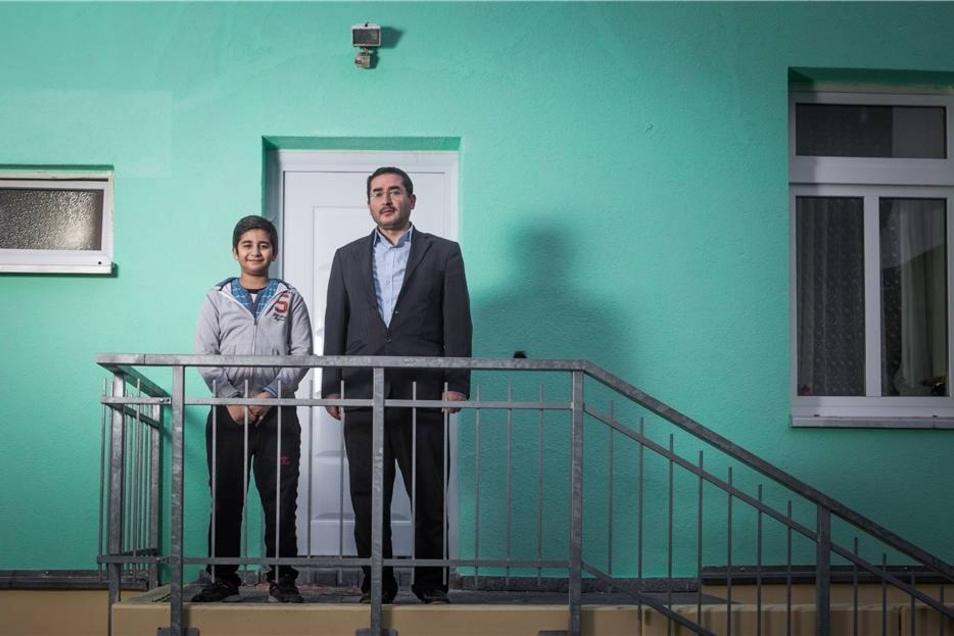 Zwei Monate nach dem Anschlag ist die  Fassade frisch gestrichen.  Imam Hamza Turan steht mit seinem Sohn Ibrahim Ismail.