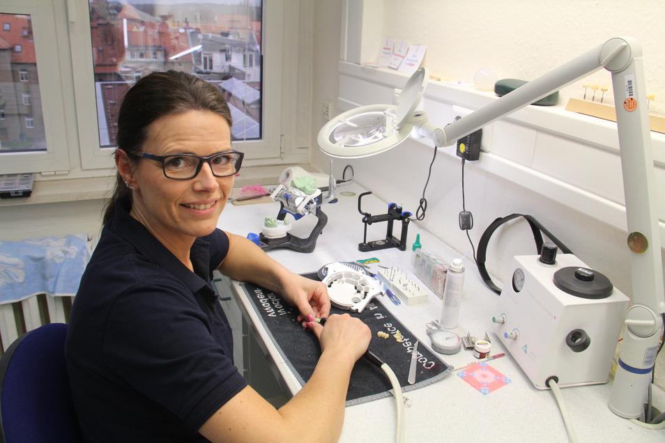 Zahntechnikerin Dorit Schmidt ist eine von 36 Mitarbeitern der Firma KL-Dental in Bautzen. Sie ist seit 30 Jahren am Markt.